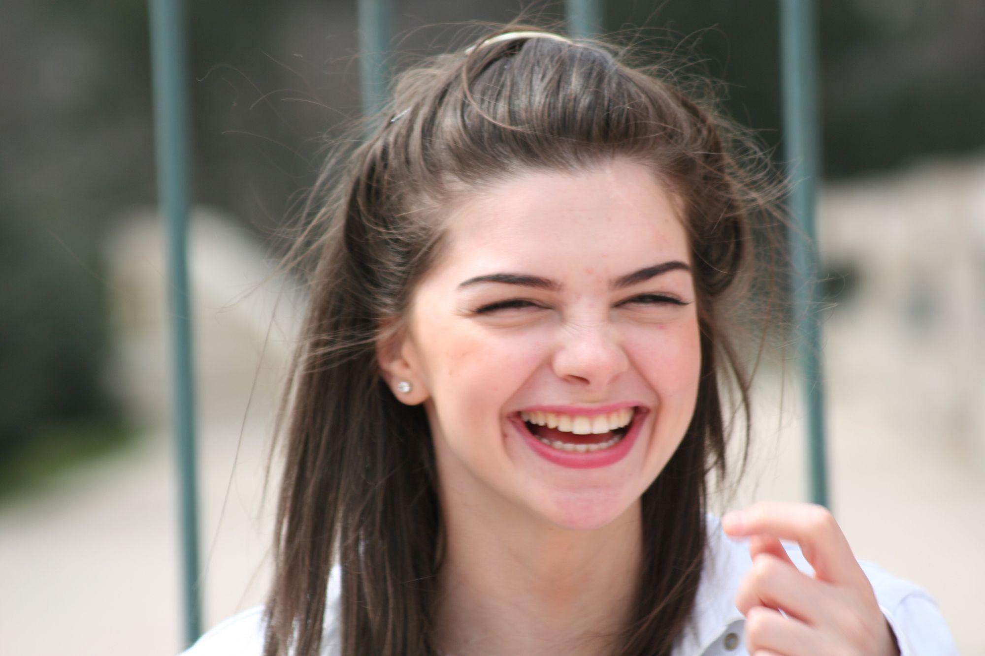 بالصور صور بنت تضحك , اجمل صورة لفتاة ضاحكة 2134 2