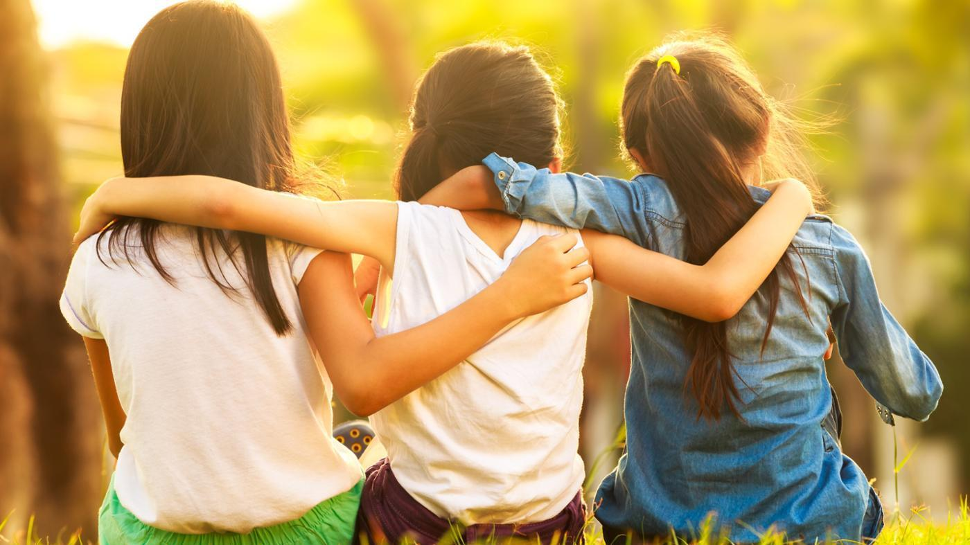 صور كيف تجعل اصدقائك يحبونك , افعال بسيطة تجلب لك محبة الاصدقاء
