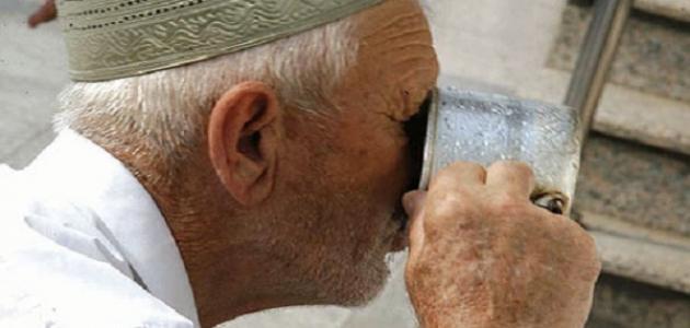 بالصور شرب ماء زمزم واقفا , اداب شراب ماء زمزم 12867 1