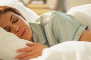 صورة النوم على البطن في الحمل , وضعية النوم الافضل للحامل
